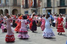 Baile de sevillanas en la plaza Mayor. /SN