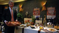 Tomás de Francisco, con el menú de los XV Encuentros del Ibérico del Fogón