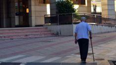 Una persona mayor pasea por Soria./SN