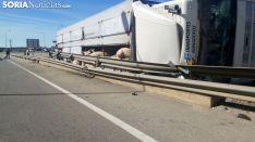 El camión volcado en el lugar del suceso. / SN