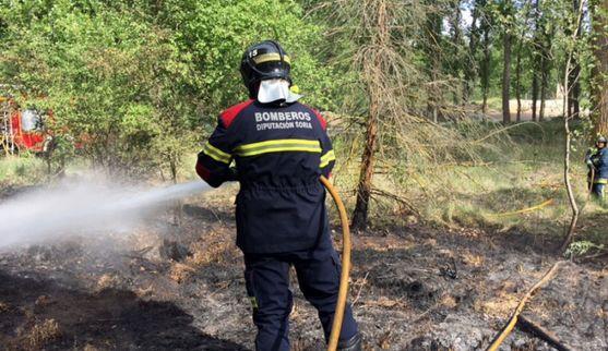Un bombero en las tareas de extinción.