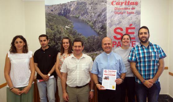 Ramírez, (2º izda.) con el equipo de Cáritas de Osma-Soria. /DOS