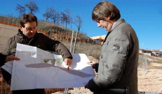 El alcalde, a la derecha, supervisando las obras este lunes. / Ayto.