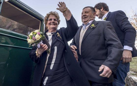 Urbano Cascante y Melania Sanz, a la llegada a la iglesia para celebrar su 60 aniversario. /Cedidas a
