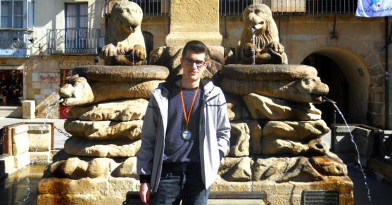 Rodrigo Ortega Izquierdo, con su medalla en la plaza Mayor. /SN
